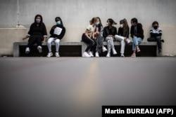 Ученики в масках в школе под Парижем
