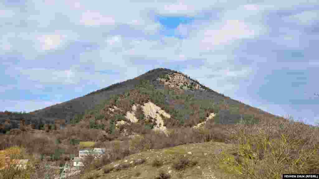 Гора Кутур-Кая,назва якої перекладається з кримськотатарського як «оленяча скеля», східний відріг Карабі-яйли
