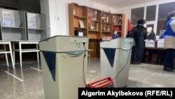 Сломавшаяся на избирательном участке в городе Таласе автоматическая считывающая урна, 10 января 2021 г.