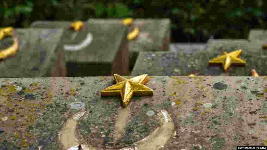 Некоторые элементы могильных плит утеряны