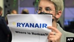 """В аэропорту Вильнюса некоторые встречавшие держали такие плакаты: """"Где Роман?"""""""