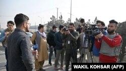 افغان خبريالان په کابل کې د چاودنې پېښې پوښښ پر مهال. ارشېف-عکس