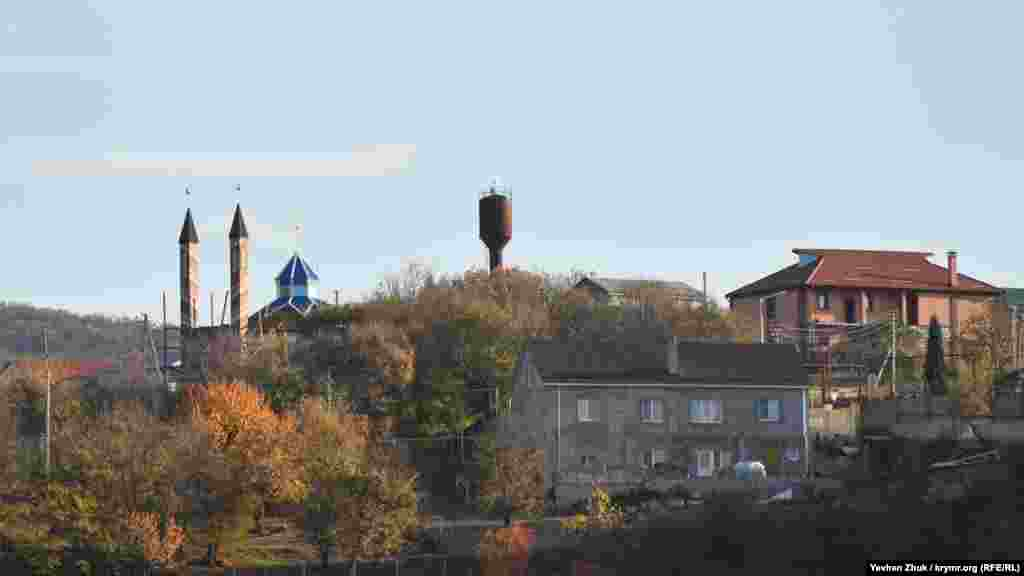 Над селом підносяться мінарети мечеті, яку будую понад 15 років, і водонапірна вежа