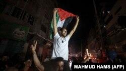 Palestinezët në Rripin e Gazës duke festuar pas arritjes së armëpushimit.