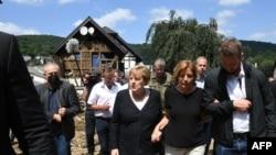 Садри аъзами Олмон Ангела Меркел рӯзи 18 июл аз деҳоти осебдидаи минтақаи Шулд дидан кард