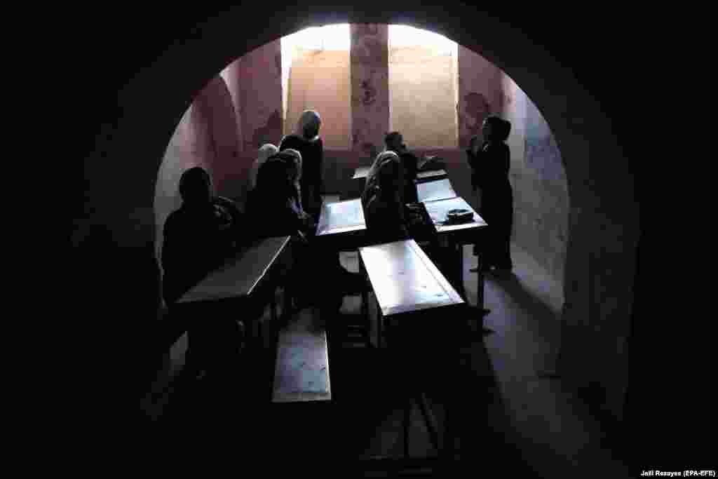 Nxënëset në Afganistan marrin pjesë në ditën e parë të vitit akademik, pasi shkollat u rihapën në Herat. Viti i ri shkollor në Afganistan nisi më 23 mars, teksa presidenti Ashraf Ghani tha se të paktën një milion nxënës më shumë, do të nisin mësimin këtë vit. Sipas UNICEF-it, 3.7 milionë fëmijë nuk ndjekin mësimin në Afganistan dhe 60 për qind e kësaj shifre janë vajza. (epa-EFE/Jalil Rezayee)