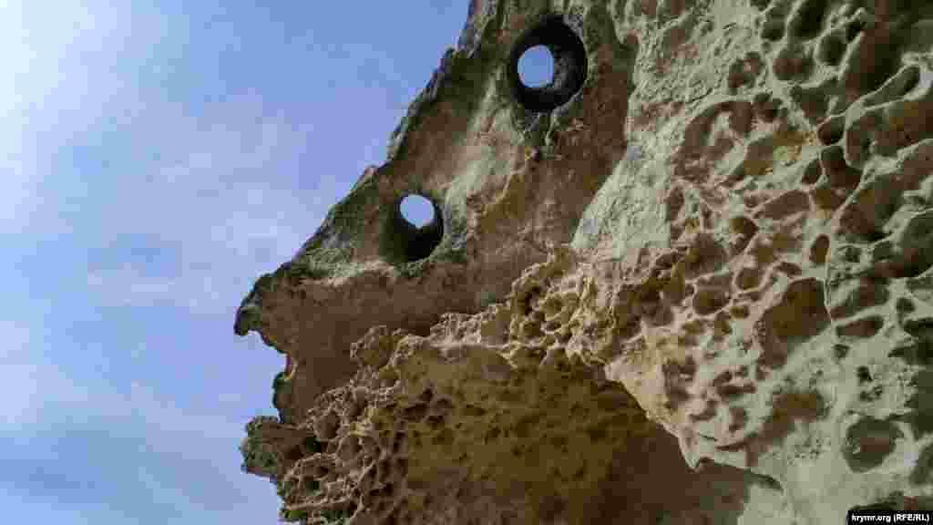 Бакла (з тюркського – квасоля, боби) – східне середньовічне печерне місто, розташоване на Баклинському нагір'ї, в межиріччі річок Альма і Бодрак, у 2 кілометрах на схід від села Скалисте Бахчисарайського району. Більше фото тут