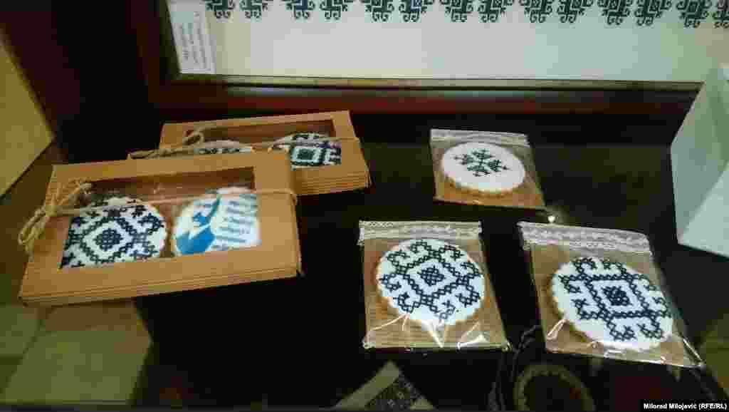 Medenjaci i kolači sa motivom Zmijanjskog veza.