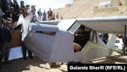 داوود حسینی، جوانی در بامیان که طیاره ساخته است