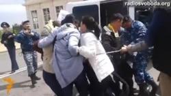 Світ у відео: демонстранти скували себе біля президентського палацу