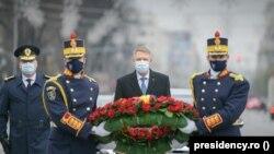 Președintele român Klaus Iohannis comemorând victimele Revoluției din decembrie 1989