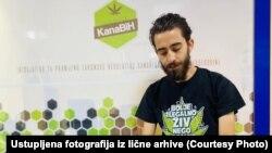 Irfan Ribić (na fotografiji) je 2018. osnovao udruženje 'Kanabis', inicijativu za legalizaciju kanabisa u medicinske svrhe, čiji je glavni cilj promjena zakonske regulative u BiH