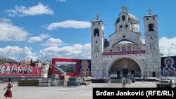 Подготовки за пpечекот на Патријархот на Српската православна црква Порфириј пред Црквата на Христовото Воскресение, Подгорица, 1 септември 2021 година.