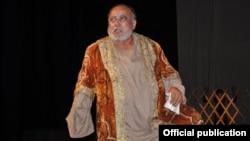 Махмуджан Рахматовдун сахнадагы образдарынын бири.
