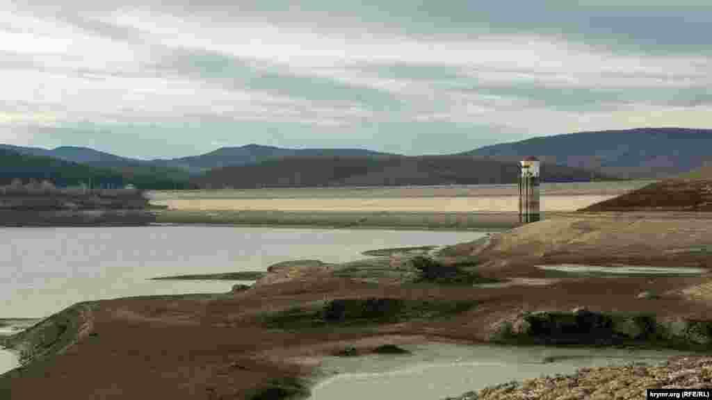 Башня у плотины полностью оголилась, а это значит, что перекачка воды в Счастливенское водохранище довольно затруднительна