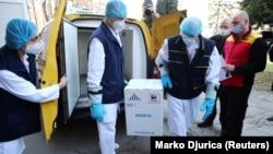Un lot de vaccinuri anti-COVID-19 ale companiei Pfizer-BioNTech este adus la Institutul de Virusologie din Belgrad, Serbia, 22 decembrie 2020