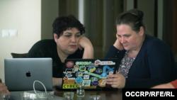 OCCRP jurnalisti Miranda Patrucic (sağda) Xədicə İsmayılovaya sızdırılan hədəf siyahısını göstərir. Xədicənin adı da həmin siyahıdadır.