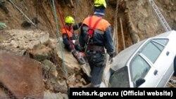 Эвакуация автомобиля после затопления в Кореизе, 23 июня 2021 года