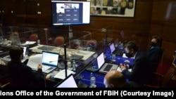 Hitna sjednica Vlade FBiH, uz izrazite zaštitne mjere preduzete zbog sprječavanja širenja korona virusa. Sjednica na kojoj se raspravljalo o nabavci vakcina održana je 16. marta 2021.