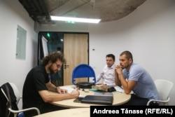 Bogdan Micu împreună cu reprezentanții firmei Zen Parking, Nicolae Georgescu (D) și Alexandru Iordan (C).