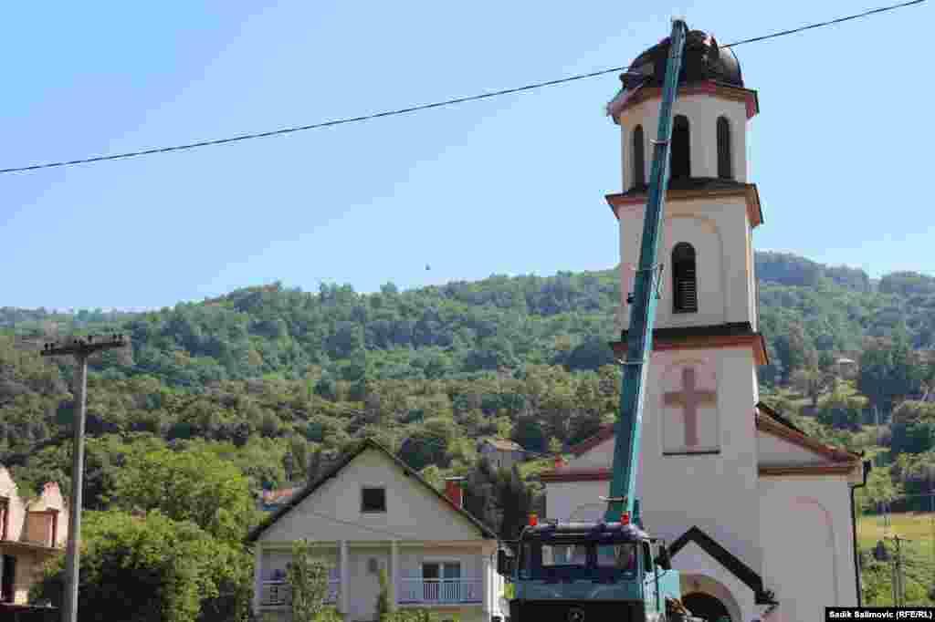 Crkva je, u njenom dvorištu, napravljena 1998. godine, u vrijeme kada je ona bila u izbjeglištvu. Do početka rata u BiH (1992. godine), imanje je pripadalo Fatinom suprugu, koji je sa još 20 članova porodice ubijen u genocidu u Srebrenici 1995. godine.