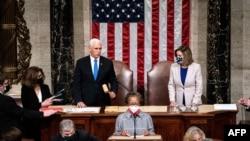 Potpredsjednik Mike Pence i predsjednica doma Nancy Pelosi predsjedavaju Zajedničkom sjednicom Kongresa