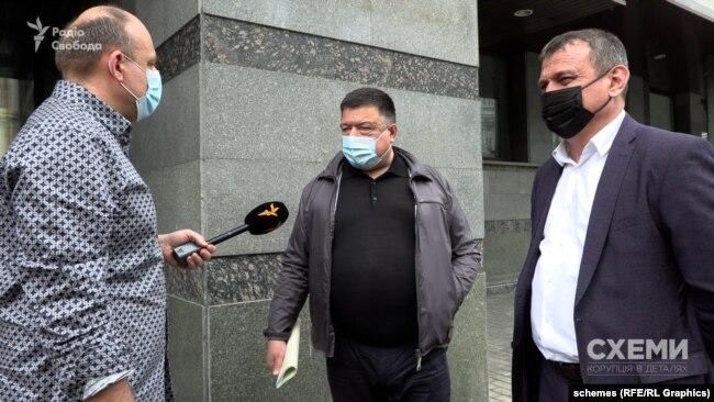 Судді Тупицький і Касмінін на вулиці перед судом