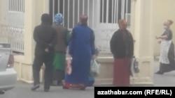 В ожидании открытия магазина. Туркменистан (иллюстративное фото)