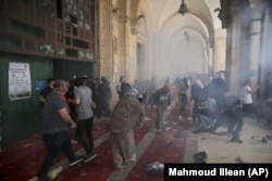 Столкновение палестинцев с израильскими силами безопасности в комплексе мечети Аль-Акса в Старом городе Иерусалима, 10 мая 2021 года.