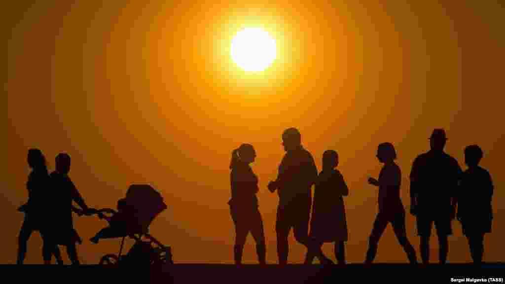 Отдыхающие пришли посмотреть на уходящее за горизонт солнце в Новофедоровке