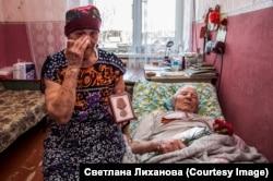 Ez az idős férfi is veterán. Felesége a kitüntetését mutatja, mellén pedig ott a nacionalisták által is használt, de valójában veteránokra emlékező György-szalag