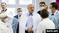 A medikusokat hallgatja egy minszki kórházlátogatás során Aljakszandr Lukasenka belarusz vezető, 2020. november 27.