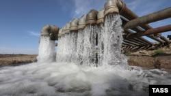 Переброска воды по трубам из Тайганского водохранилища в Симферопольское, октябрь 2020 года