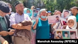 Supporters demand the release of Baibolat Kunbolat outside the Chinese Consulate in Almaty.