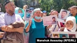 Участники пикета у консульства Китая, этнические казахи родом из Китая, требуют освободить задержанного после акции протеста активиста Байболата Кунболатулы. 24 июня 2021 года