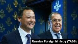 Пока все улыбаются: министр иностранных дел России Сергей Лавров (справа) приветствует своего кыргызского коллегу Руслана Казакбаева в Москве. 23 октября 2020 года.