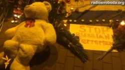 Українці несуть квіти та свічки до посольства Нідерландів