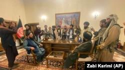 د افغانستان ولسمشرۍ ماڼۍ، ارګ کې یو شمېر وسلهوال طالبان