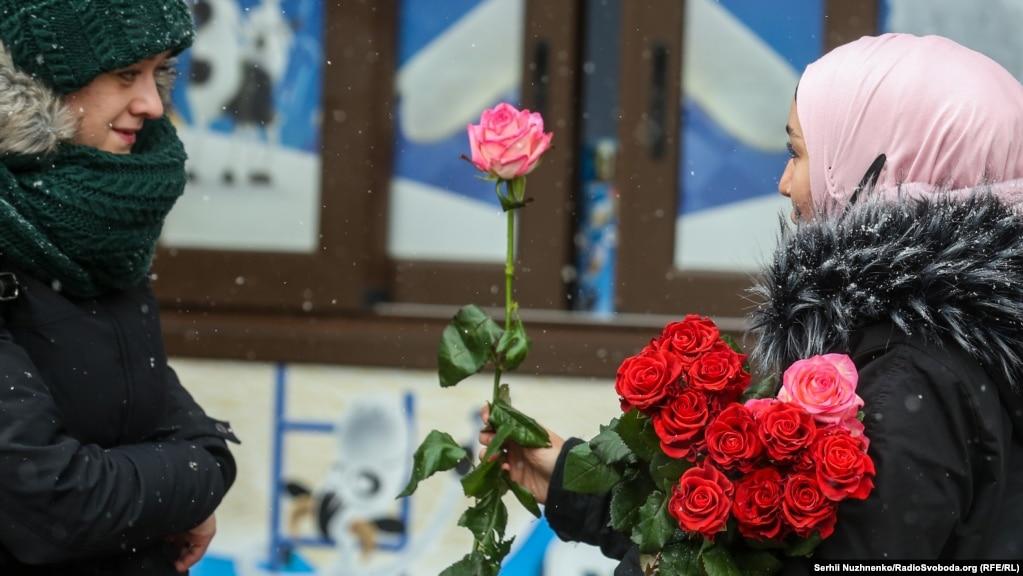 У Києві в понеділок, 1 лютого, йшов сніг. Температура повітря вдень становила -4...-6 °С.Але усмішки перемогли холод