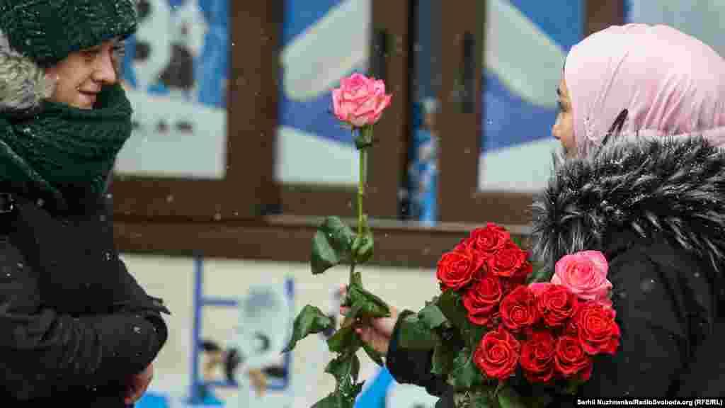 У Києві в понеділок1 лютого падав сніг. Температура повітря вдень становила -4...-6°С.Але усмішки перемогли холод