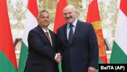 Viktor Orban (stânga) și Aleksandr Lukaşenko (dreapta)