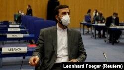 کاظم غریبآبادی، نماینده دائم ایران در آژانس، در انتظار شروع نشست شورای حکام