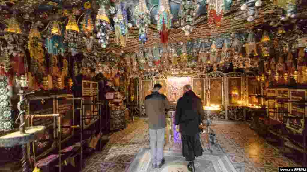 Поскольку краска на стенах и сводах из-за сырости в церкви не держалась бы, монахи решили украшать ее тем, что приносили и дарили верующие – бисером, бусами, серьгами