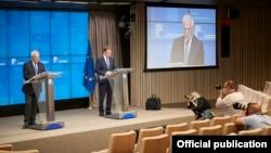 Жозеп Боррель (слева) и Питер Стано, представитель по внешним связям Европейского союза.