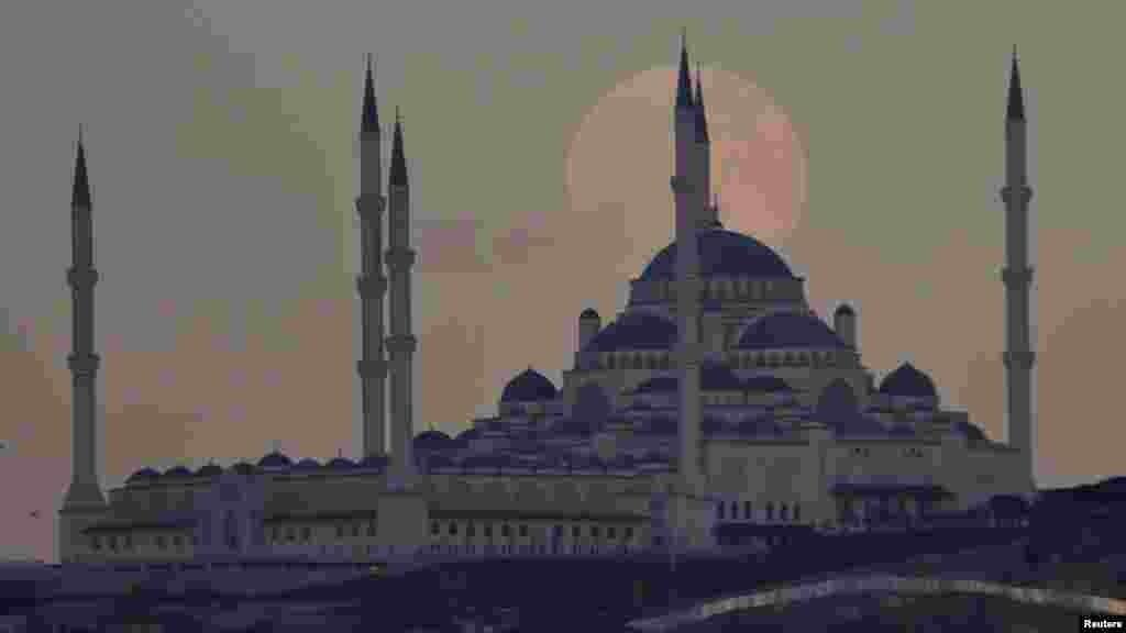 Суперлуние в Стамбуле