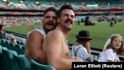 Meleg pár ünnepel Sydneyben, 2021. március 6-án.