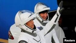 Японский астронавт Соичи Ногучи и астронавт NASA Майкл Хопкинс.