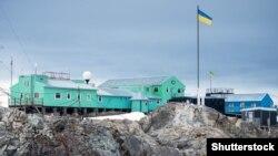 Українська антарктична станція «Академік Вернадський», яка розташована на мисі Марина острова Галіндез за 7 кілометрів від західного узбережжя Антарктичного півострова