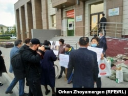 Протестующие с плакатами, репортеры и представители «Нур Отана». Нур-Султан, 17 сентября 2021 года