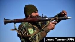 یک سرباز افغان در جریان عملیات نظامی در ولایت کندهار. February 3, 2021